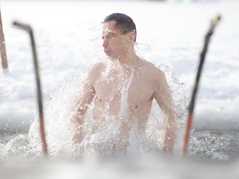 Январь. Крещенское купание. Моржевание, купание в проруби.