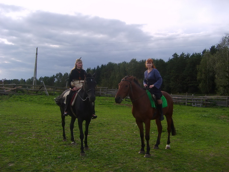 Сентябрь. Вечер творчества, катание на лошадях, песни у костра.