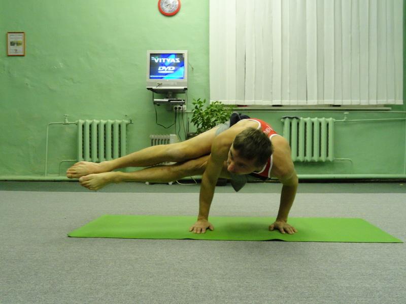 Ноябрь. Фестиваль йоги. Показательные выступление йоги. Стеклохождение.